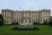Во Франции отреагировали на заявление Захаровой о вакцинах