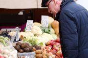 Названы причины роста цен на картошку и молоко