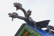 Россиянин водрузил на крышу дома трехголового дракона: Люди: Моя страна: Lenta.ru