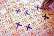 Женщина год играла в лотерею одними и теми же числами и сорвала джекпот: Счастливчики: Из жизни: Lenta.ru